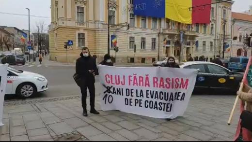 """Protest în fața Primăriei pentru cei 350 de romi evacuați de pe Coastei: """"Un deceniu de luptă"""". VIDEO"""