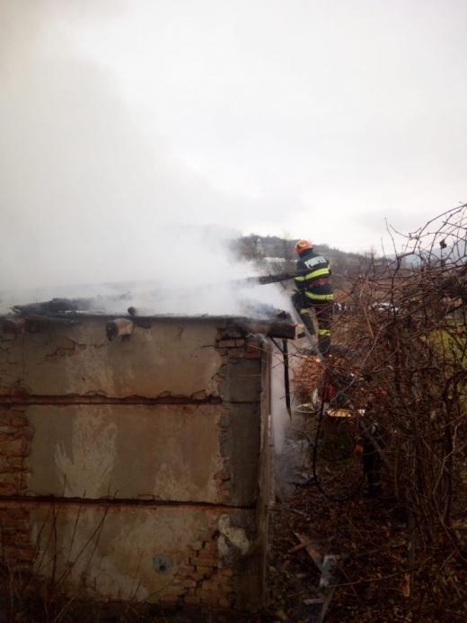 Casă din Cluj, cuprinsă de flăcări. Totul a pornit de la focul pentru afumătura cărnii