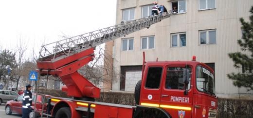 O femeie din Cluj a fost găsită moartă în apartament. Pompierii au spart geamul pentru a putea intra în casă