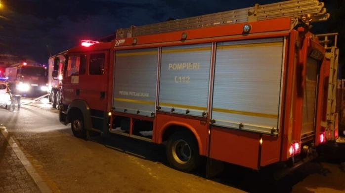 Un INCENDIU a avut loc noaptea trecută în Câmpia Turzii. Un bărbat a fost transportat la spital