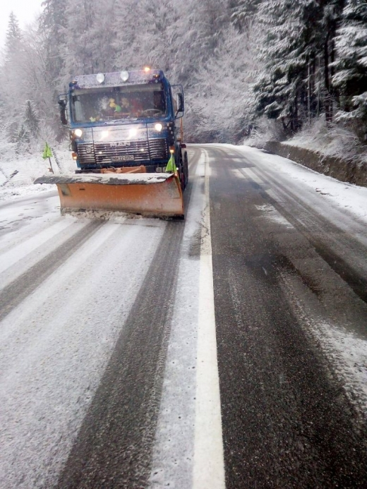 Ninge ca-n povești, lângă Cluj! Drumarii, chemați să intervină pentru deszăpezirea unei șosele