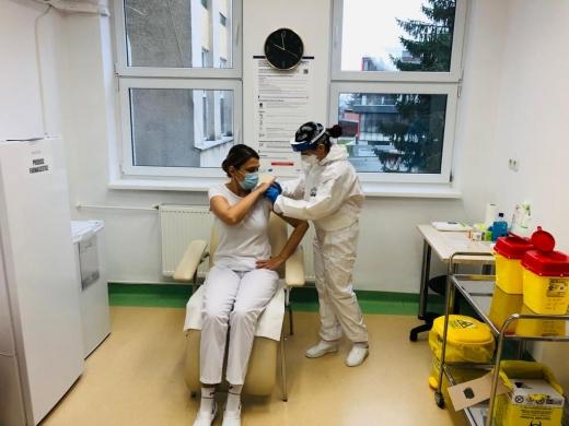 5.666 de persoane au fost vaccinate în România. 17 oameni vaccinați au avut reacții adverse