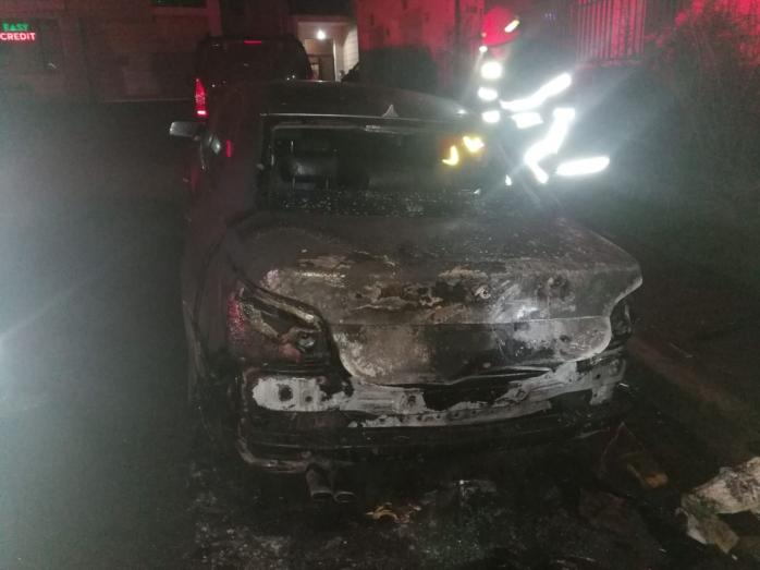 O mașină a luat FOC în parcare pe strada Teodor Mihali! Flăcările au pornit de la instalația electrică a mașinii. FOTO