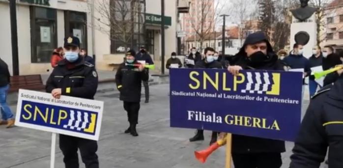 politistii-din-cluj-la-protest-in-fata-prefecturii-oamenii-legii-ameninta-cu-exces-de-zel-si-blocarea-activitatii
