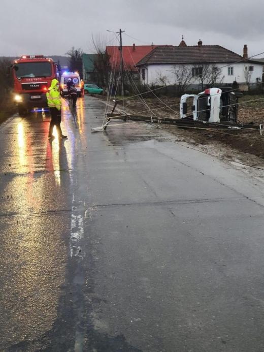 Un tânăr de 19 ani a ajuns la spital în stare gravă după ce a intrat cu mașina într-un stâlp