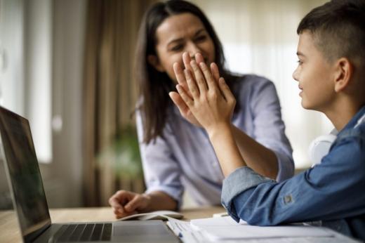 Părinții vor primi zile libere plătite de stat și în 2021 pentru a-și supraveghea copiii la școala online