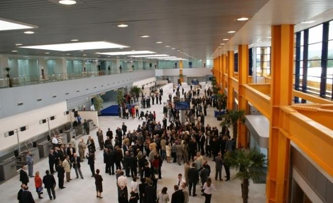 Zeci de pasageri au protestat pe Aeroportul Cluj. Nu au fost primiți în avion fără test COVID