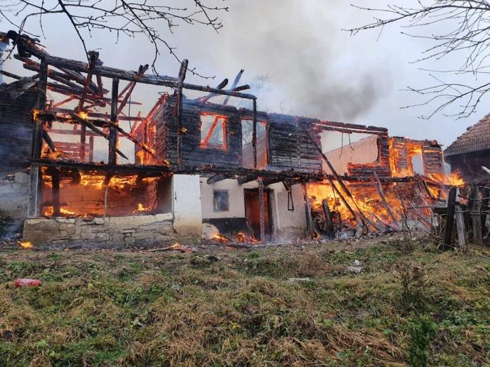 Duplex mistuit de flăcări. Focul a pornit de la o sobă - GALERIE FOTO