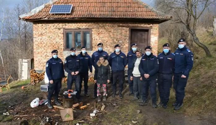 Jandarmii din Cluj au cumpărat panouri solare pentru un tată care își crește singur fetița, într-o casă fără curent electric. VIDEO