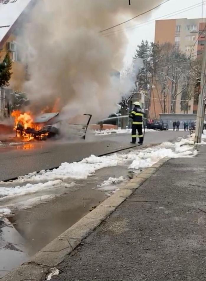 O mașină A LUAT FOC în timp ce se deplasa pe o stradă din Grigorescu! FOTO/VIDEO