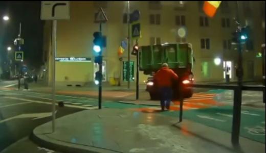 O mașină de gunoi a distrus un semafor de lângă Casa de Cultură a Studenților! VIDEO