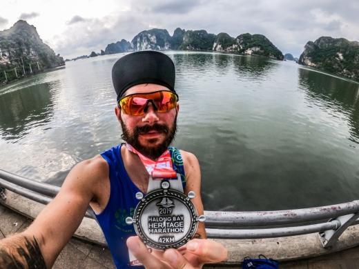 Peter Grezer, IT-istul din Cluj care aleargă în jurul lumii: printre zgârie nori în Chicago și la Halong Bay, golful dragonilor. GALERIE FOTO