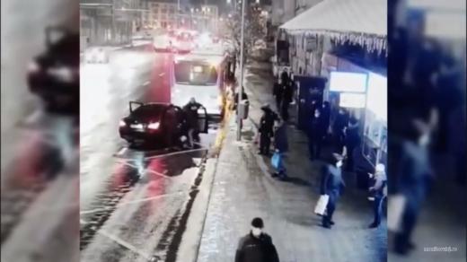 VIDEO. Momentul în care o FATĂ DE 15 ANI este RĂPITĂ  în centru Clujului