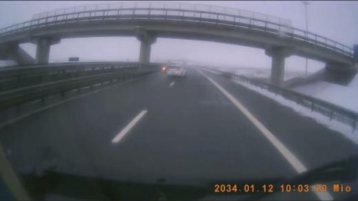 VIDEO. Un șofer INCONȘTIENT a fost la un pas să producă o tragedie în timp ce mergea pe contrasens pe Autostrada Gilău - Turda