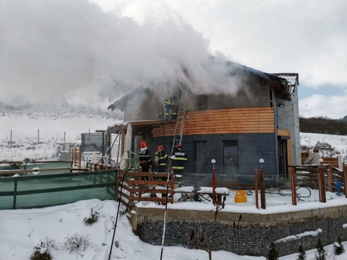 Incendiu în Chinteni! Acoperișul unei case a luat foc. FOTO