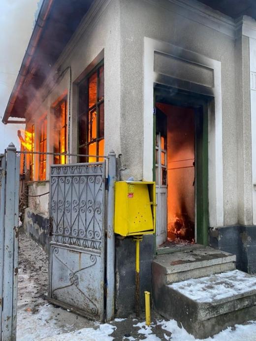 INCENDIU puternic la o casă! Jandarmii au evacuat 7 oameni, printre care și un bebeluș de doar două săptămâni