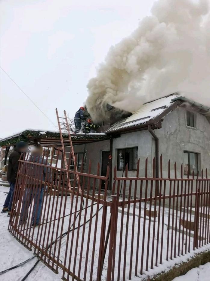 Incendiu la mansarda unei case din Câmpenești. Focul a pornit de la coșul de fum - VIDEO