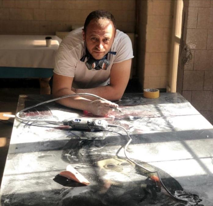 Florin Moroșanu în timpul confecționării unei mese, la atelierul Moth