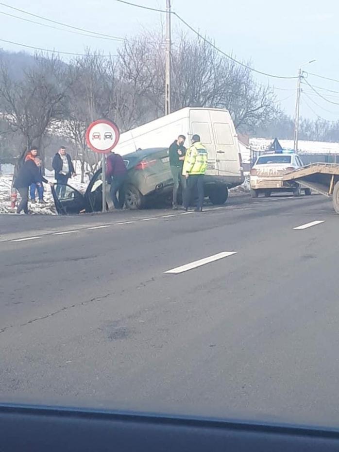 Accident între un BMW și o autoutilitară în localitatea Bunești
