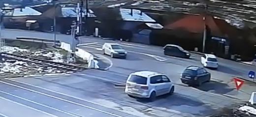 Un vitezoman a lovit o mașină într-o intersecție din Cluj. VIDEO