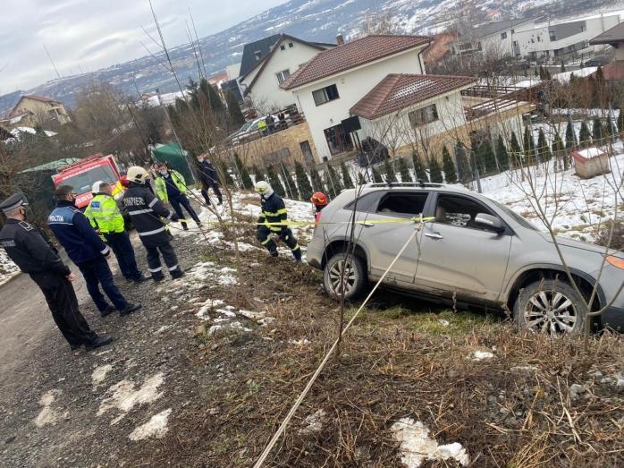 O mașină a alunecat de pe carosabil, pe strada Mihail Sebastian. Trecătorii au oprit prăbușirea mașinii de la 8 metri înălțime