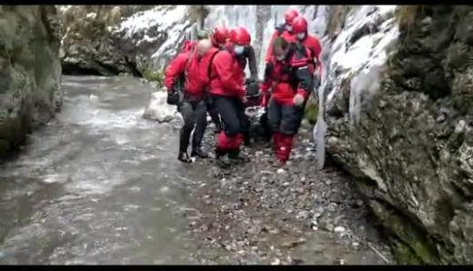 Zece salvamontiști au parcurs un drum de ȘASE ORE, pentru a salva un turist rănit în Munții Apuseni.