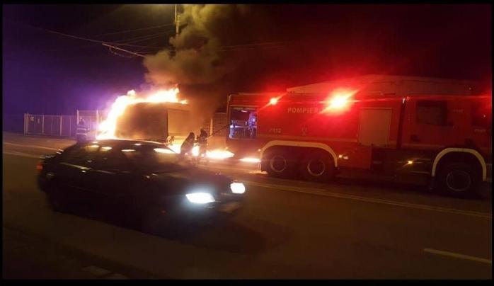 VIDEO. Incendiu puternic pe Traian Vuia. O mașină a ars în câteva minute