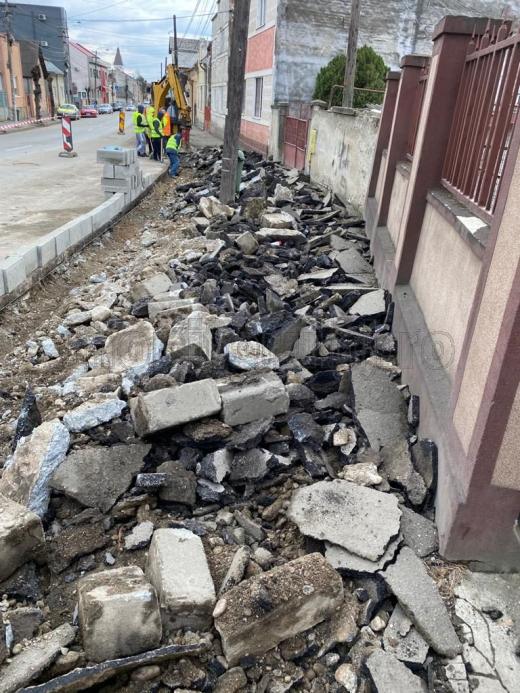 Foto. Turdenii de pe strada Axente Sever, blocați în case de lucrările de modernizare