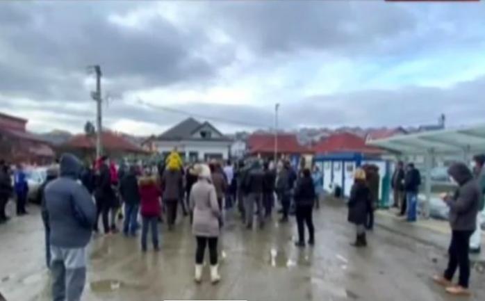 Protest într-o localitate din Cluj. Zeci de oameni cer construirea drumurilor. Sursă foto: România TV.