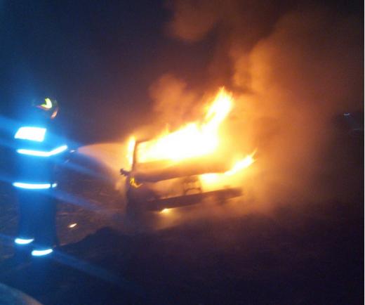 O mașină A LUAT FOC după ce a făcut accident în Cluj! Flăcările au făcut-o PRAF. GALERIE FOTO