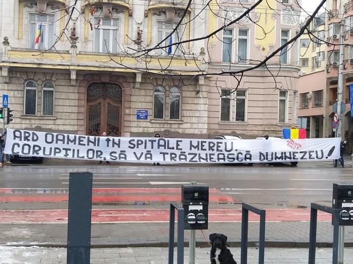 """Suporterii """"U"""" Cluj protestează în fața Prefecturii, după tragedia de la Spitalul Matei Balș: """"Ard oamenii în spitale mereu"""""""