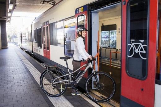 """Vagoane speciale pentru biciclete și schiuri, la Cluj! """"Îi încurajăm pe navetiști să urce în tren cu bicicleta"""""""