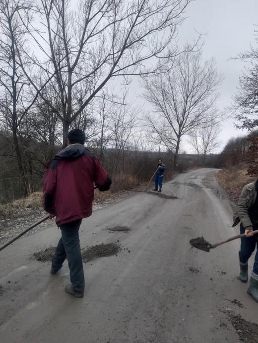 """Localnicii unui sat din Cluj își astupă singuri gropile de pe drum, în timp ce """"boierii"""" stau! FOTO"""