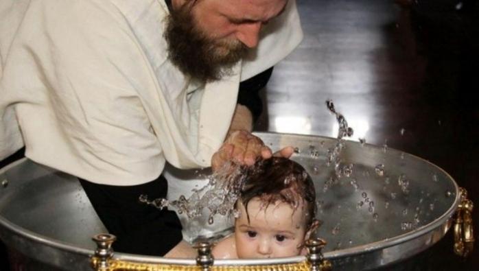 Botezul unui nou-născut, afundat în cristelniță