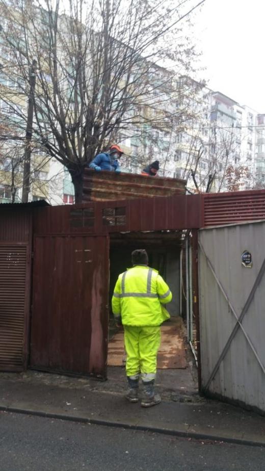 Proprietarii din Mănăștur se conformează. A început demolarea garajelor de tablă - FOTO