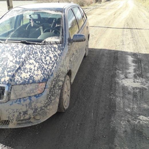 """Mașină """"tencuită"""" cu noroi. Așa se circulă pe drumul de la Câmpenești"""