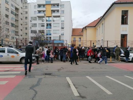 FOTO. Aglomerație la porțile școlilor, în Cluj-Napoca. Părinții s-au înghesuit să își aștepte copiii