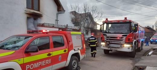 INCENDIU la o casă din Apahida. Focul a pornit de la jarul căzut din sobă. FOTO