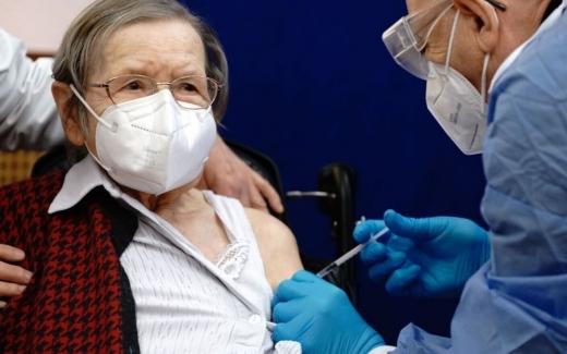 """Bătrânii din Cluj au rămas fără locuri la vaccinarea anti-COVID! Subprefect: """"Situația este una delicată"""""""