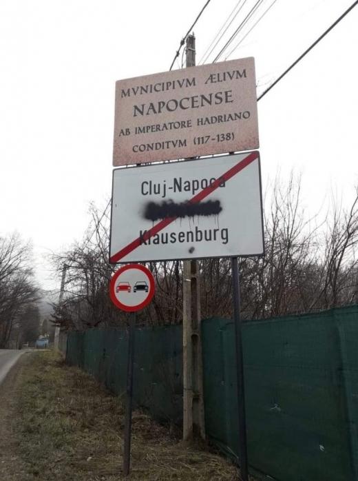 Plăcuța bilingvă de la ieșirea din Cluj-Napoca, VANDALIZATĂ! Numele în limba maghiară, acoperit cu vopsea