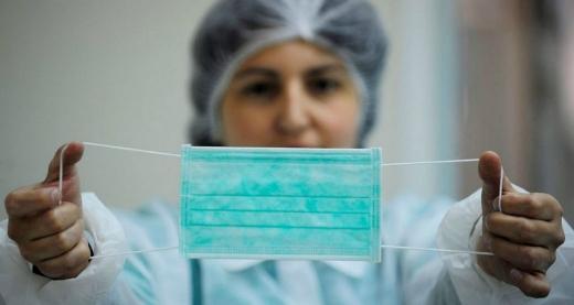 Purtarea a două măști suprapuse reduce riscul de infectare cu COVID-19