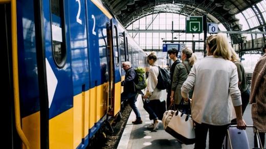 """Fără gratuitate și condiții pe tren! Studenții, revoltați pe Guvern """"Să taie din pensiile speciale, nu de la noi"""" GALERIE FOTO"""