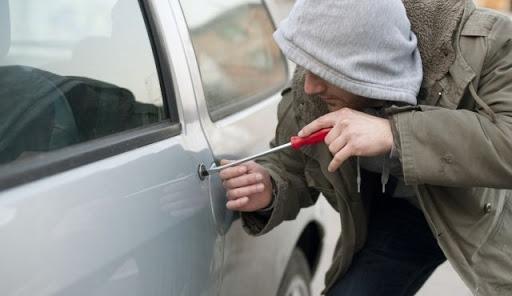 Trei tineri DROGAȚI din Cluj au furat o mașină! Au fost reținuți pentru 24 de ore