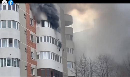 VIDEO. Momentul în care o femeie din Constanța sare de la etajul 6 pentru a scăpa dintr-un incendiu care i-a cuprins apartamentul