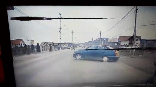 VIDEO. ACCIDENT FILMAT live în VIIȘOARA! Un bătrân de 72 de ani a întors fără să se asigure