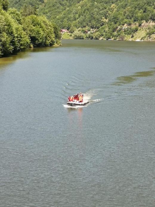 """Șmecherii, """"alungați"""" de pe lacurile Tarnița și Beliș-Fântânele. Dezbatere cu scântei privind regulamentul care interzice bărcile cu motor"""