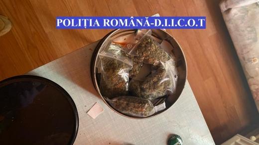 """Traficanți de droguri, reținuți în Cluj-Napoca! Polițiștii au găsit aproape 1 kg de """"marfă"""""""
