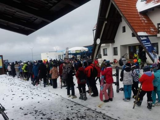Cozi uriașe la Mărișel! Zeci de turiști s-au înghesuit la schi în ultimul weekend cu temperaturi de iarnă