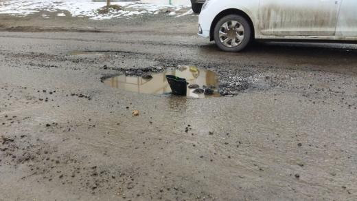 """Cauciucuri distruse pe strada Borhanciului: """"Oare câți oameni și-au spart anvelopele acolo?"""""""