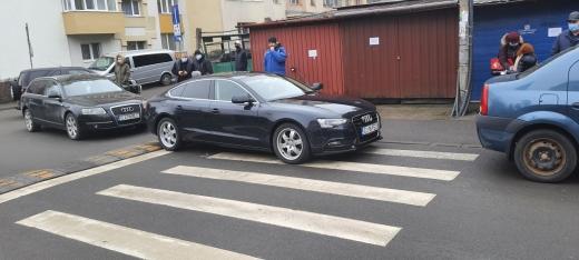Un inginer clujean, jignit de un șofer care a parcat pe o trecere de pietoni lângă școala Iuliu Hațieganu